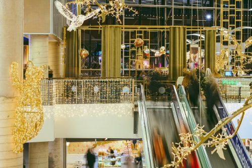 """Kauno """"Akropolyje"""" sukūrė įspūdingą Kalėdų pasaką: kilometras šviečiančių girliandų ir 300 000 lempučių"""
