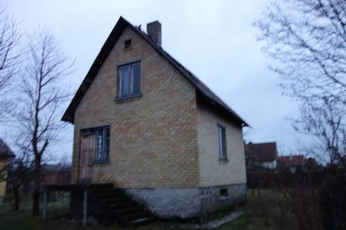 Parduodamas žemės sklypas su nebaigtos statybos namu.