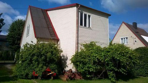 Nuostabioje vietoje gyvenamasis namas su pagalbiniais priklausiniais.