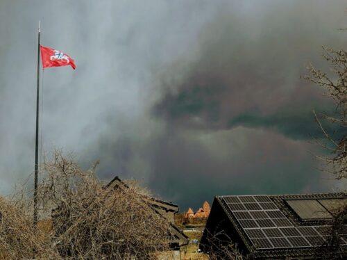 Žaibai trankysis dar du mėnesius: nukenčia nuosavi namai, pirtys, naminiai gyvuliai ir net vejos robotai